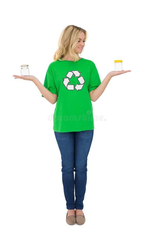 Attivista ambientale sveglio felice che tiene i barattoli di vetro fotografia stock