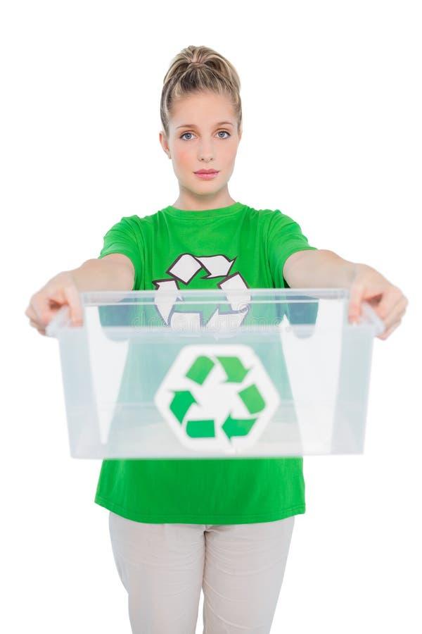Attivista ambientale timido che tiene scatola di riciclaggio vuota fotografia stock