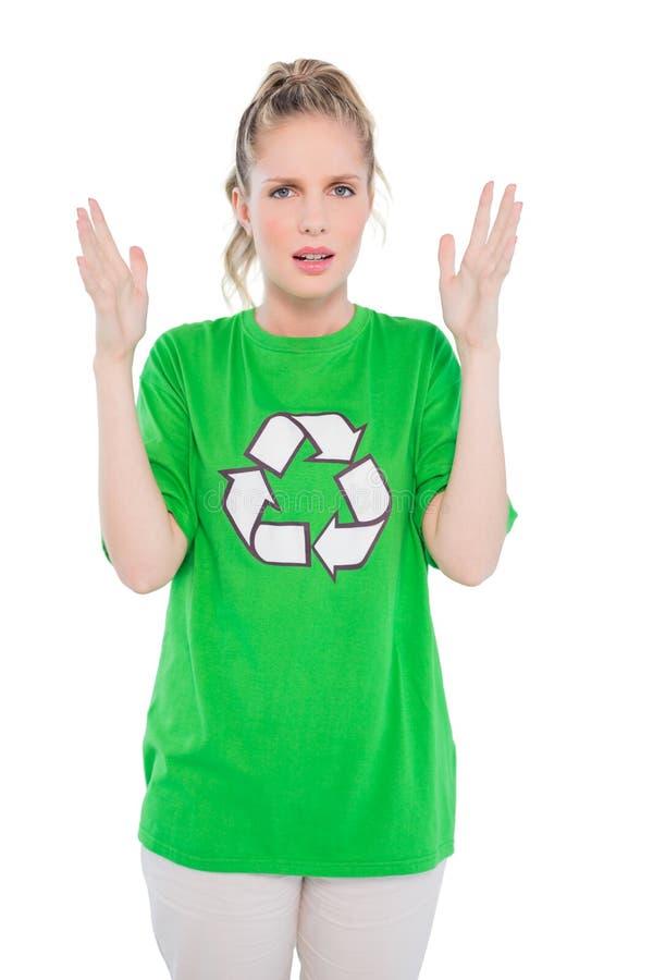 Attivista biondo infastidito che dura riciclando posa della maglietta fotografia stock libera da diritti