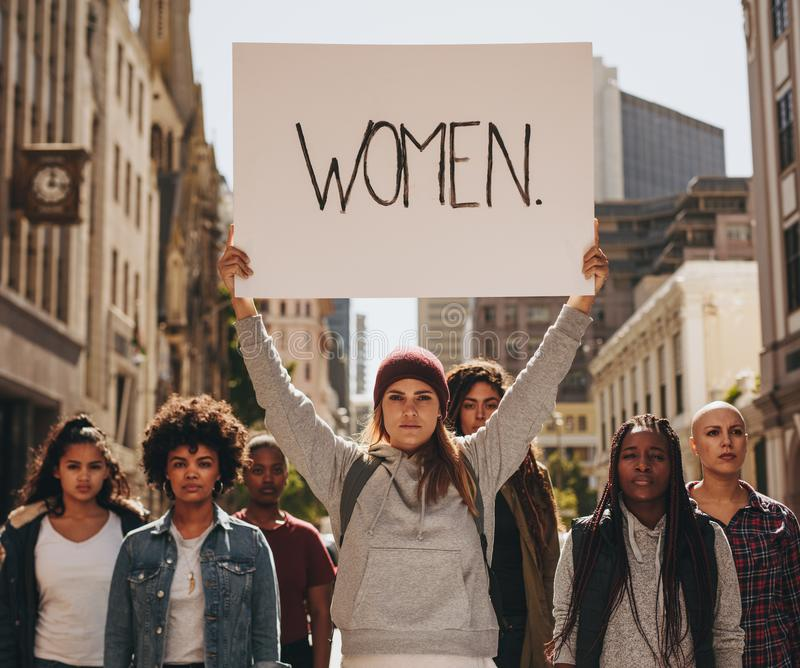 Attivista che protesta per l'autorizzazione delle donne fotografia stock libera da diritti