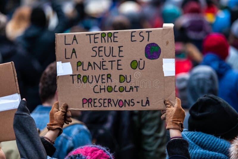 Attivisti che marciano per l'ambiente fotografie stock libere da diritti