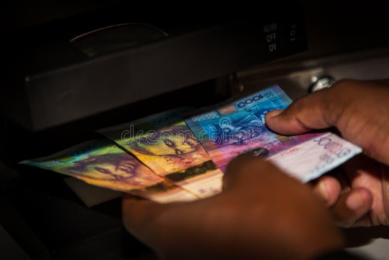 Attività bancarie in Capo Verde Autenticazione della banconota fotografia stock