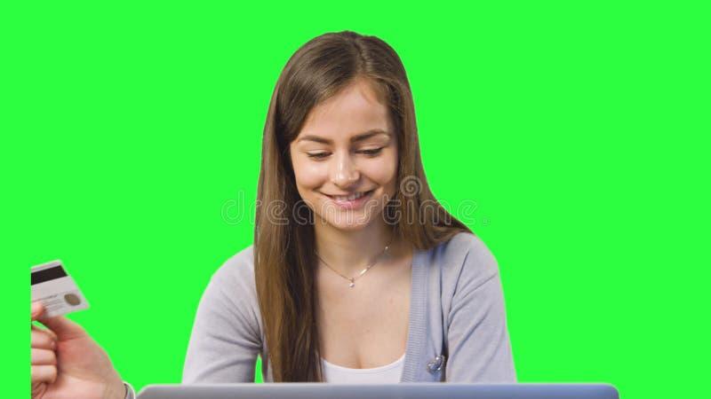 Attività bancarie online facendo uso del computer portatile immagini stock