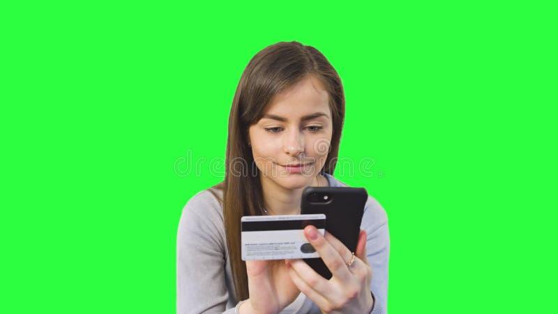 Attività bancarie online facendo uso di Smartphone fotografia stock libera da diritti
