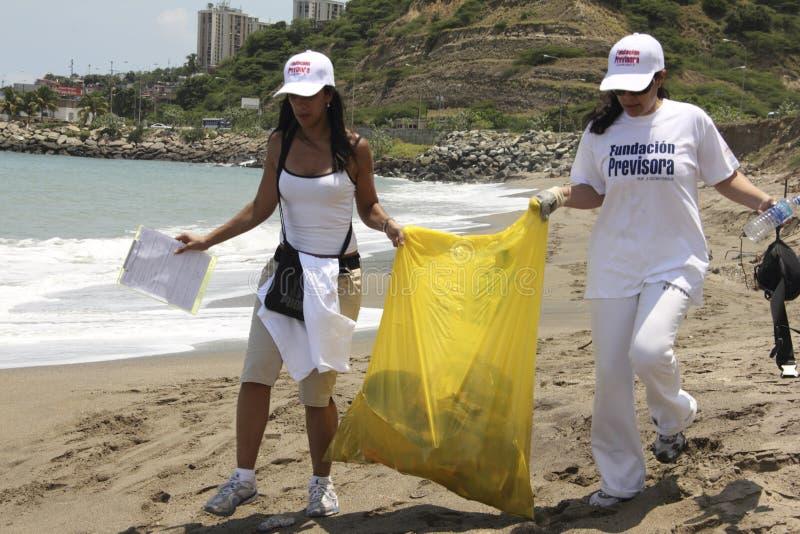 Attività costiera internazionale di giorno di pulizia in spiaggia di Guaira della La, stato Venezuela del Vargas fotografia stock