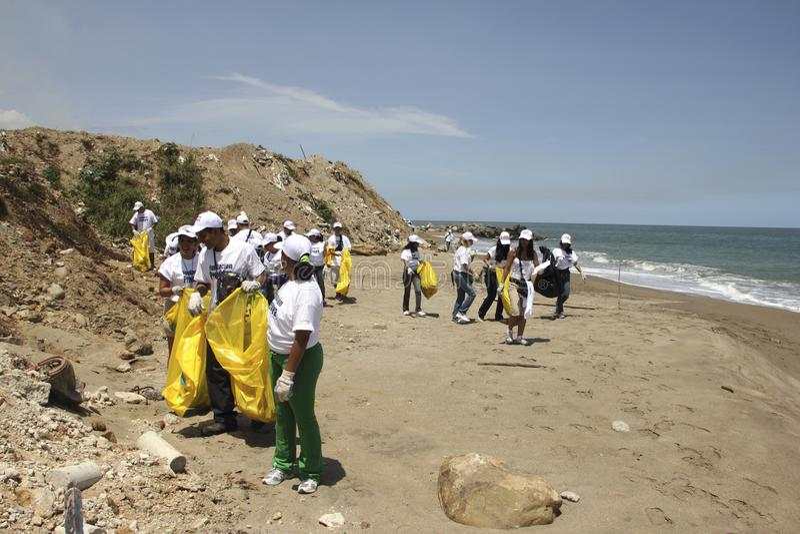 Attività costiera internazionale di giorno di pulizia in spiaggia di Guaira della La, stato Venezuela del Vargas immagini stock