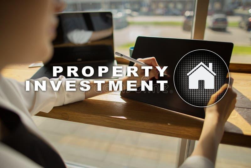Attività d'investimento della proprietà e concetto di tecnologia Fondo di schermo virtuale fotografie stock libere da diritti