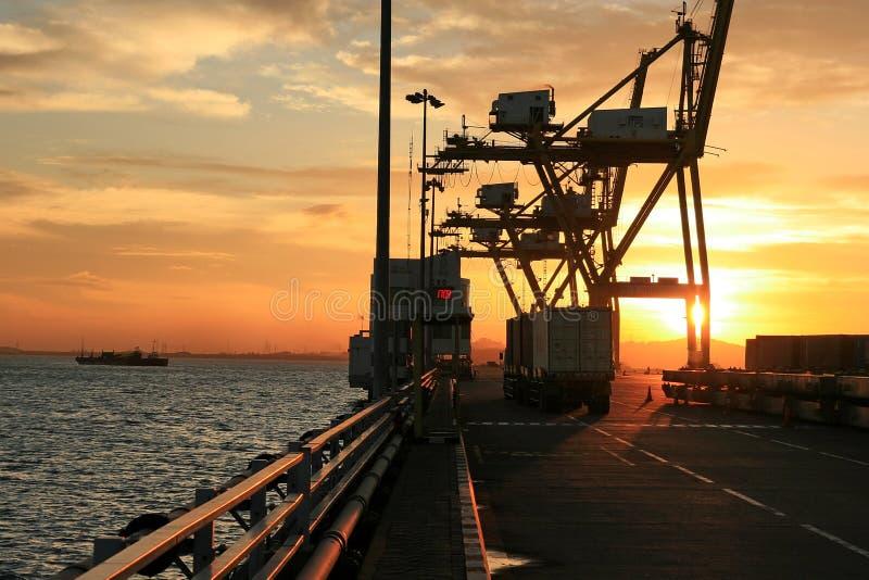 Download Attività Dell'inclusione Dell'esportazione Al Porto Internazionale Fotografia Stock - Immagine di indonesia, siluetta: 3884602