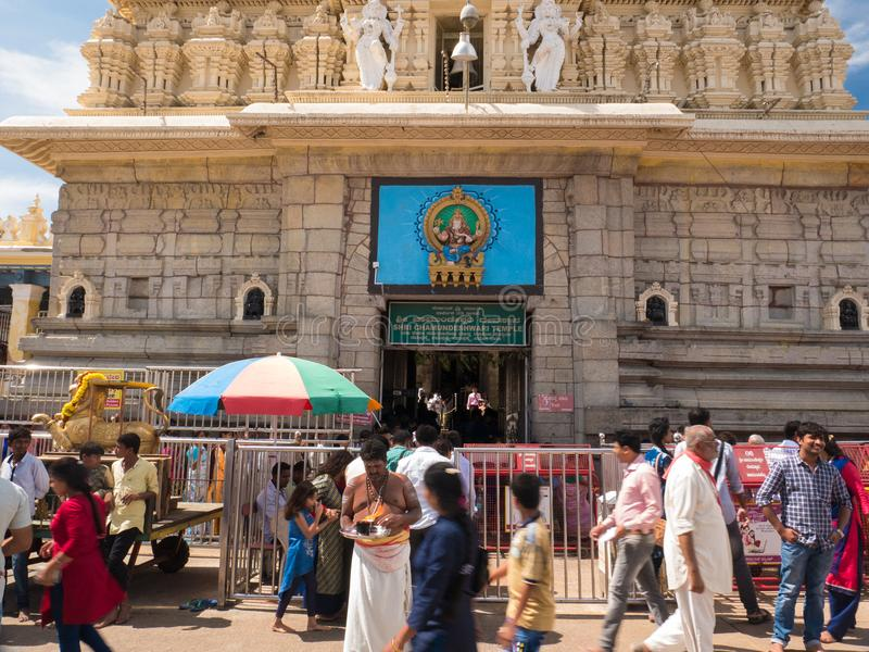 Attività della gente vicino al tempio antico di Chamundeshwari alle colline di Chamundi immagine stock