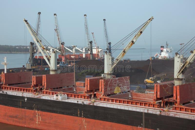 Attività di caricamento sulle navi da carico fotografia stock