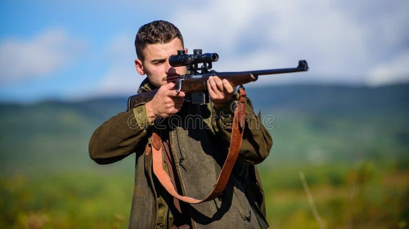 Attività maschile di hobby Cacciatore dell'uomo che tende il fondo della natura del fucile L'esperienza e la pratica presta la ca immagini stock libere da diritti