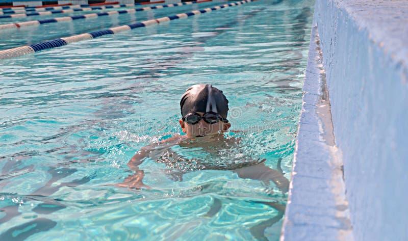 Attività sullo stagno, bambini che nuotano e fotografia stock