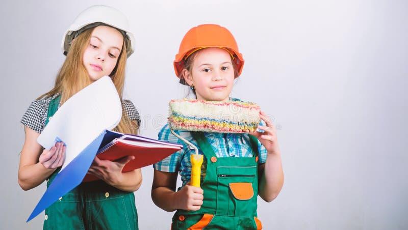 Attivit? di miglioramento domestico Professione futura Ragazze dei bambini che progettano rinnovamento Le sorelle dei bambini ese fotografia stock