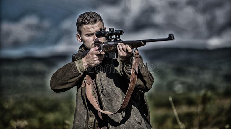 Attivit? maschile di hobby Cacciatore dell'uomo che tende il fondo della natura del fucile L'esperienza e la pratica presta la ca immagine stock libera da diritti