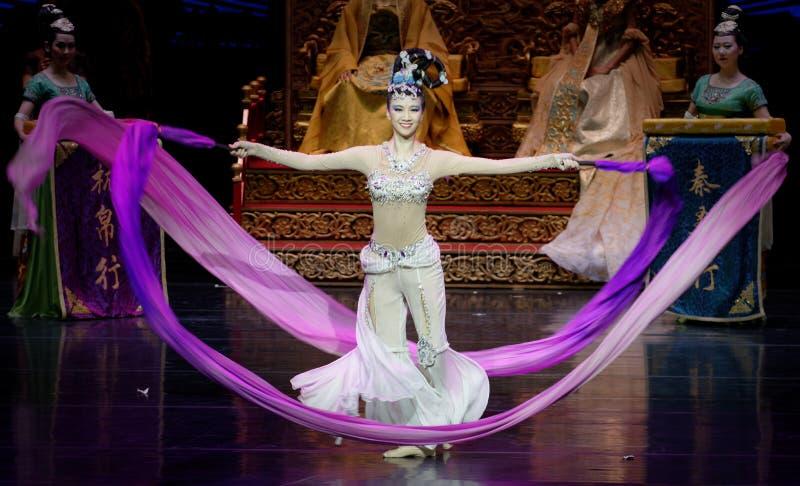 Atto collegato lungo di ballo di corte 8-The in secondo luogo: una festività nel ` di seta di principessa di ballo del ` palazzo- immagini stock