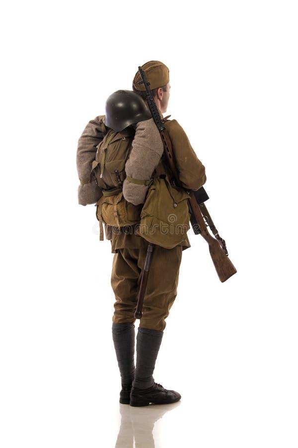 Attore maschio sotto forma di soldati ordinari dell'esercito russo nel periodo 1939-1940, con il fucile Tokarev di aSelf-caricame immagine stock