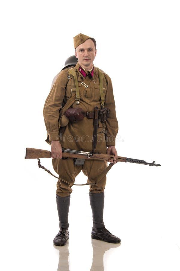 Attore maschio sotto forma di soldati ordinari dell'esercito russo nel periodo 1939-1940, con il fucile Tokarev di aSelf-caricame fotografie stock
