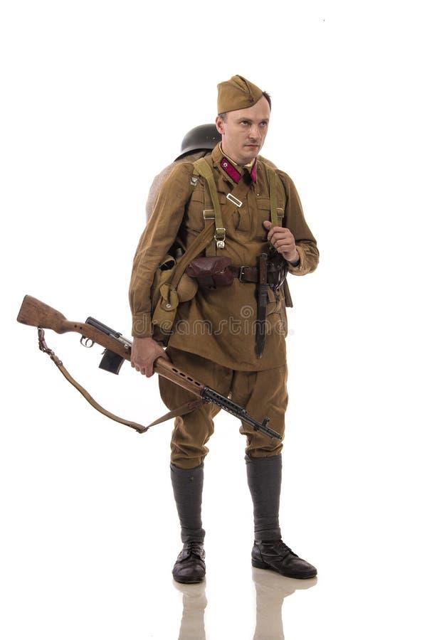 Attore maschio sotto forma di soldati ordinari dell'esercito russo nel periodo 1939-1940, con il fucile Tokarev di aSelf-caricame fotografia stock libera da diritti