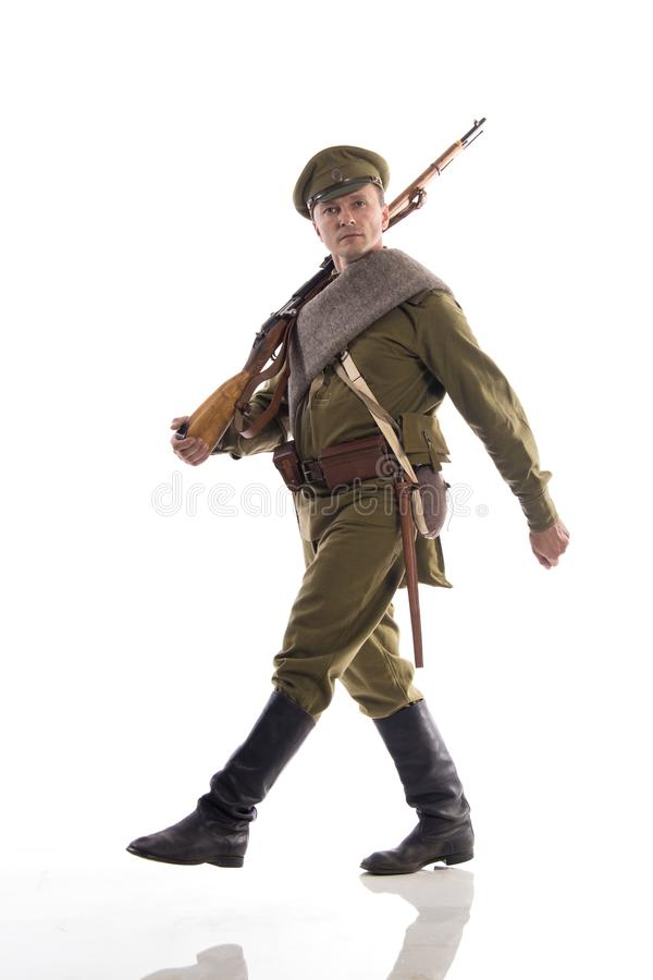 Attore maschio sotto forma di soldato ordinario dell'esercito russo durante la prima guerra mondiale che posa contro un fondo bia immagine stock