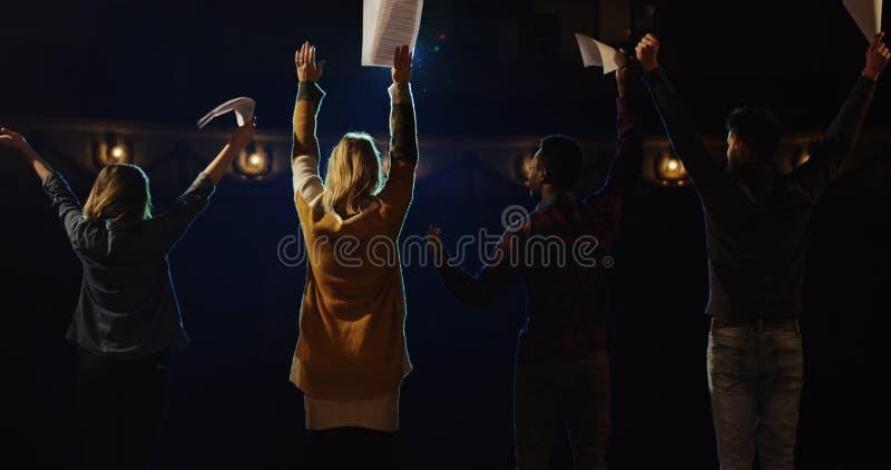 Attori che si piegano al pubblico in un teatro immagine stock