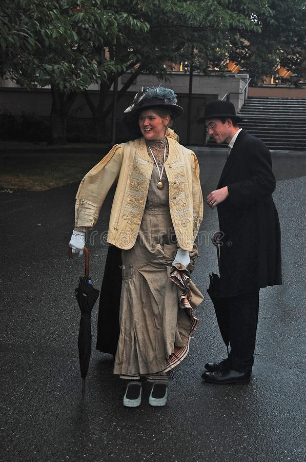 Attori non specificati in costume di epoca decorato immagini stock