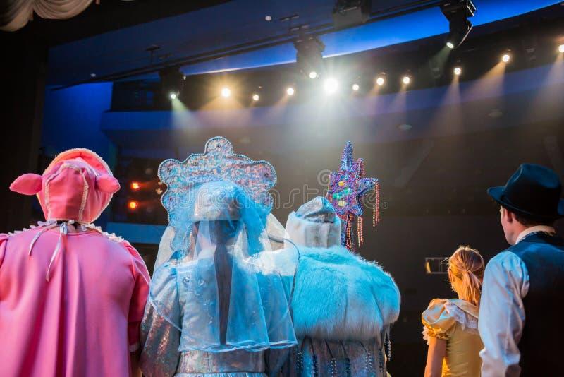Attori in scena durante una prestazione o la ripetizione nel teatro La fase del teatro o dell'opera, con materiale di illuminazio fotografie stock