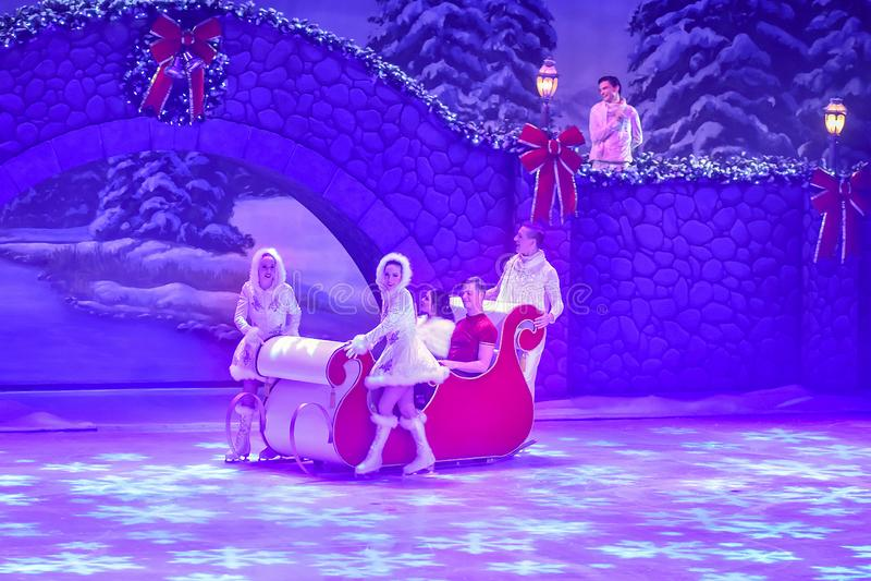 Attori in Sleigh al Natale sullo spettacolo sul ghiaccio ai giardini di Busch fotografia stock