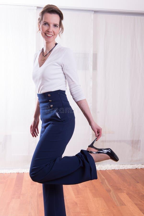 Attracative kvinna som rymmer upp hennes ben royaltyfri foto