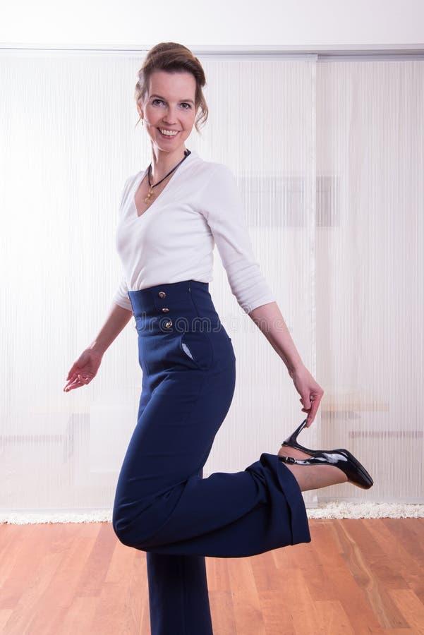 Attracative kvinna som rymmer upp hennes ben royaltyfria foton