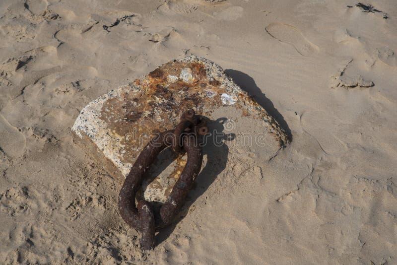 Attracco dell'anello sulla sabbia immagini stock