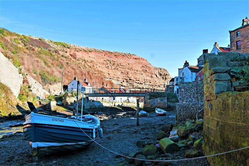 Attracco interno, vicino al porto in Staithes, in North Yorkshire fotografia stock