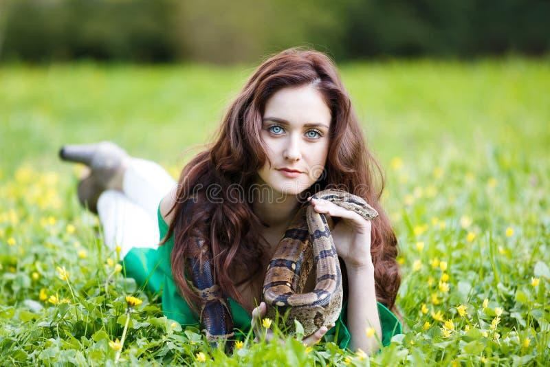 Attracrivemeisje met python stock afbeeldingen