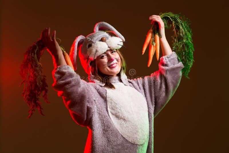 Attractibe królika dziewczyna z marchewkami obraz stock