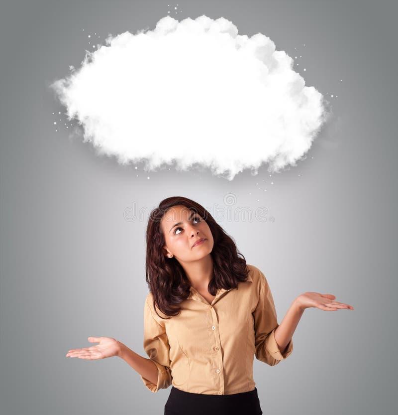 Attractie Frau, die abstrakten Wolkenexemplarplatz schaut stockfotografie