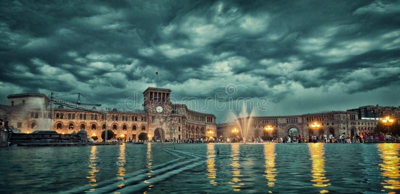 Attraction d'Erevan de fontaines de chant, erevan, fontaine, illumination, point de repère, lumière, nuit, les gens, représentati photos libres de droits