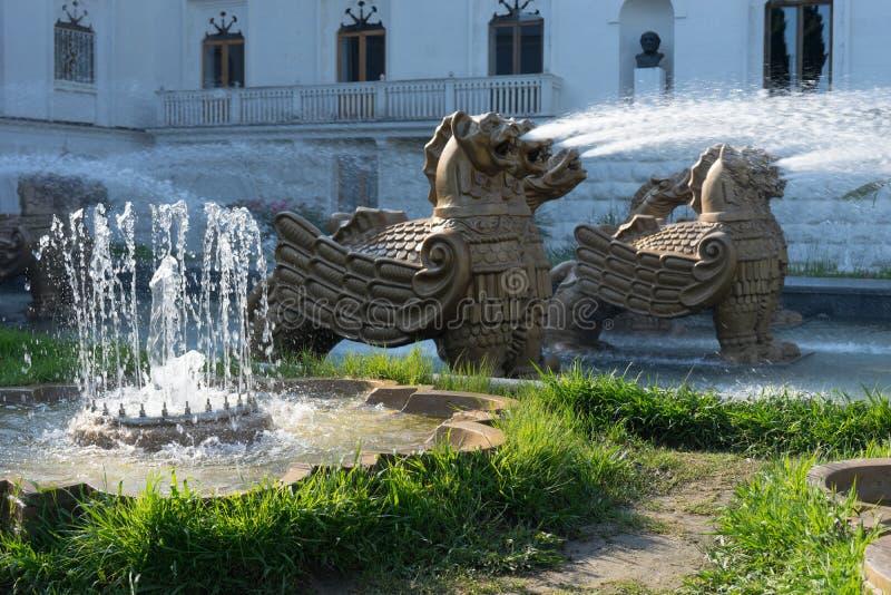 Attraction de la fontaine de ville avec des griffons photos libres de droits