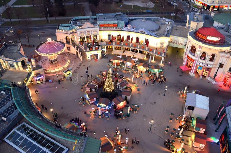 Attraction de parc de prater de Vienne illuminée dans la vue de Noël d'hiver de la roue géante image stock