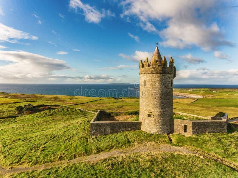 Attraction touristique irlandaise célèbre d'antenne dans Doolin, comté Clare, Irlande Le château de Doonagore est un château du 1 image libre de droits