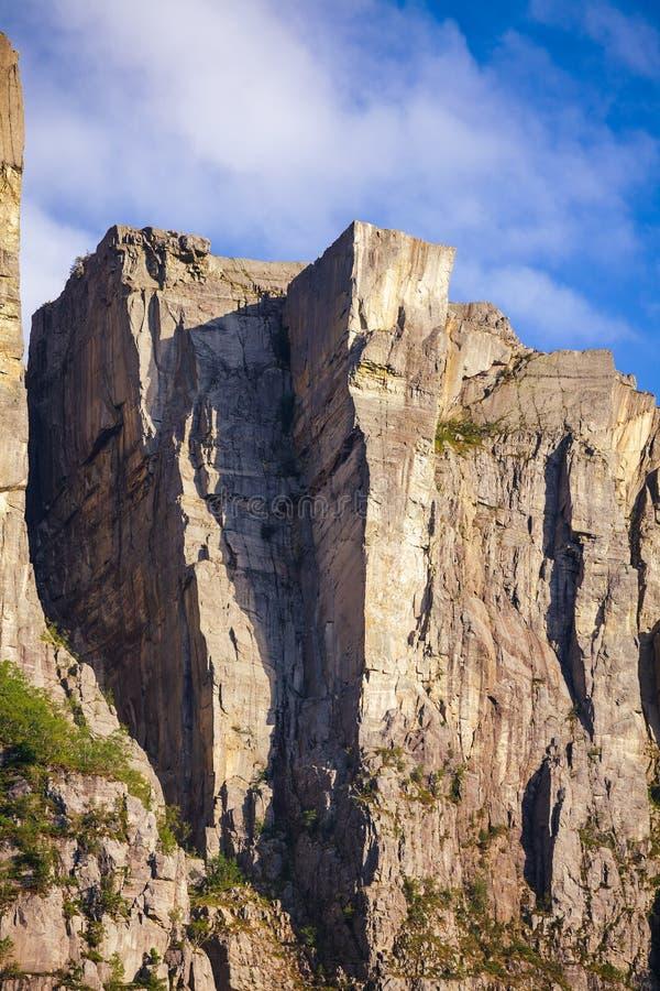 Attraction touristique principale de falaise raide de Preikestolen chez Lysefjord Forsand Rogaland Norvège Scandinavie image libre de droits