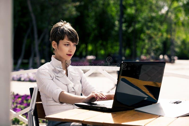 attractive laptop using woman young στοκ εικόνες με δικαίωμα ελεύθερης χρήσης