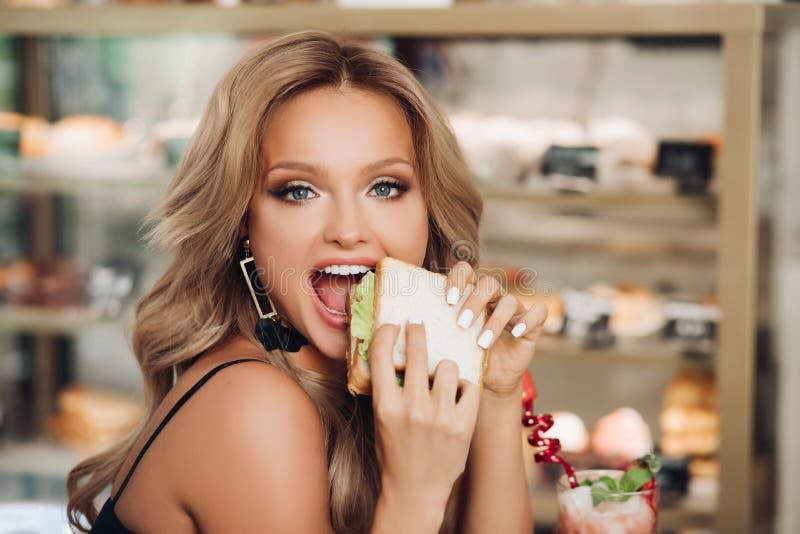 Frauen treffen essen
