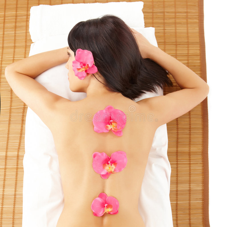 Attractive Woman Relaxing Spa met Bloemen royalty-vrije stock fotografie