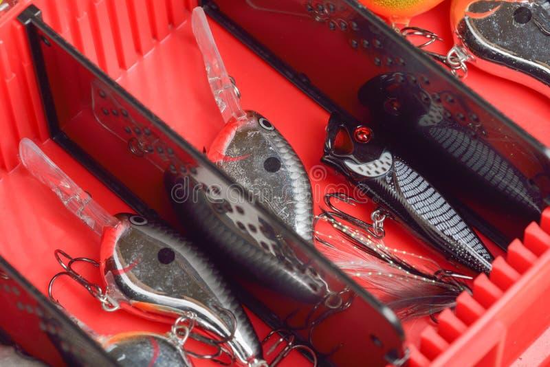 Attraits colorés de pêche sur le bureau de boîte en plastique photographie stock libre de droits