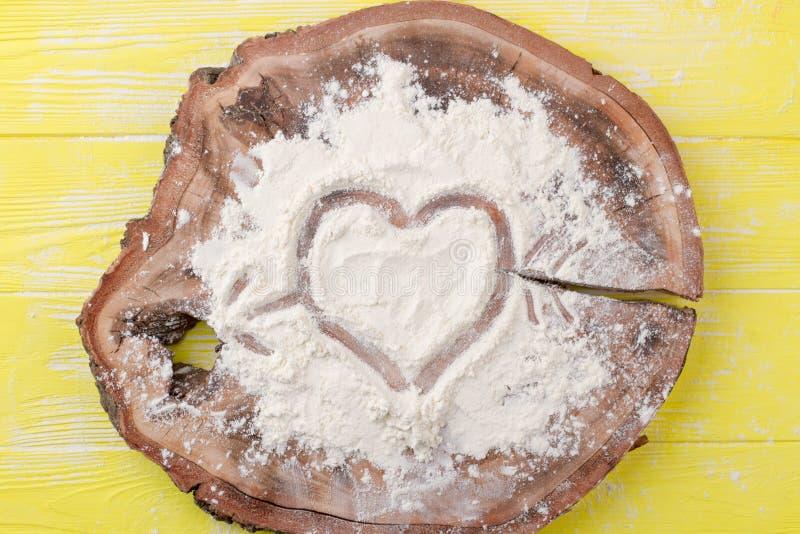 Attraktion av hjärta på vitt mjöl royaltyfri fotografi
