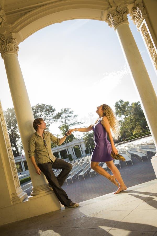 Download Attraktiv älska Parstående I Den Utomhus- Amfiteatern Arkivfoto - Bild av intygar, silhouette: 27288320