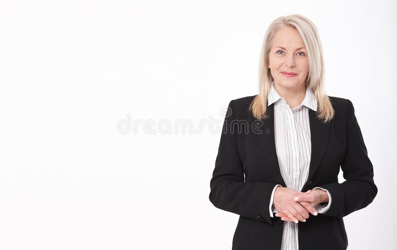Attraktiv affärskvinna i en isolerad dräkt royaltyfri fotografi