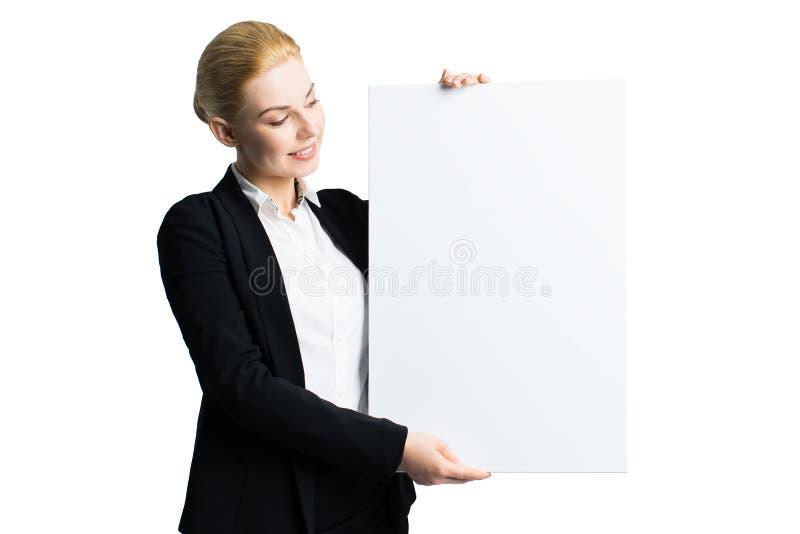 Attraktiv affärskvinna med en tom kanfas royaltyfri bild