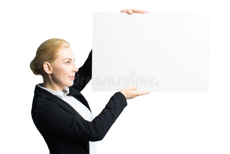 Attraktiv affärskvinna med en tom kanfas royaltyfria foton