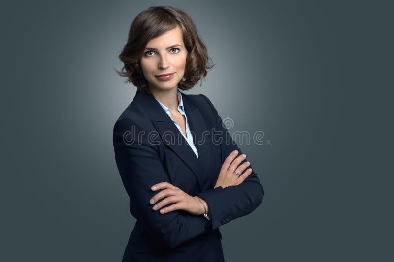 Attraktiv affärskvinna med lockigt brunt hår arkivfoton