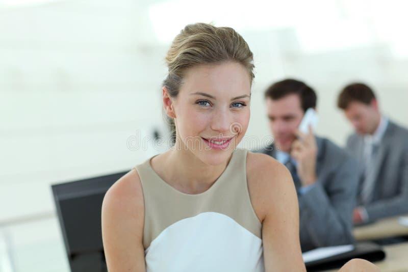 Attraktiv affärskvinna på kontoret royaltyfri fotografi